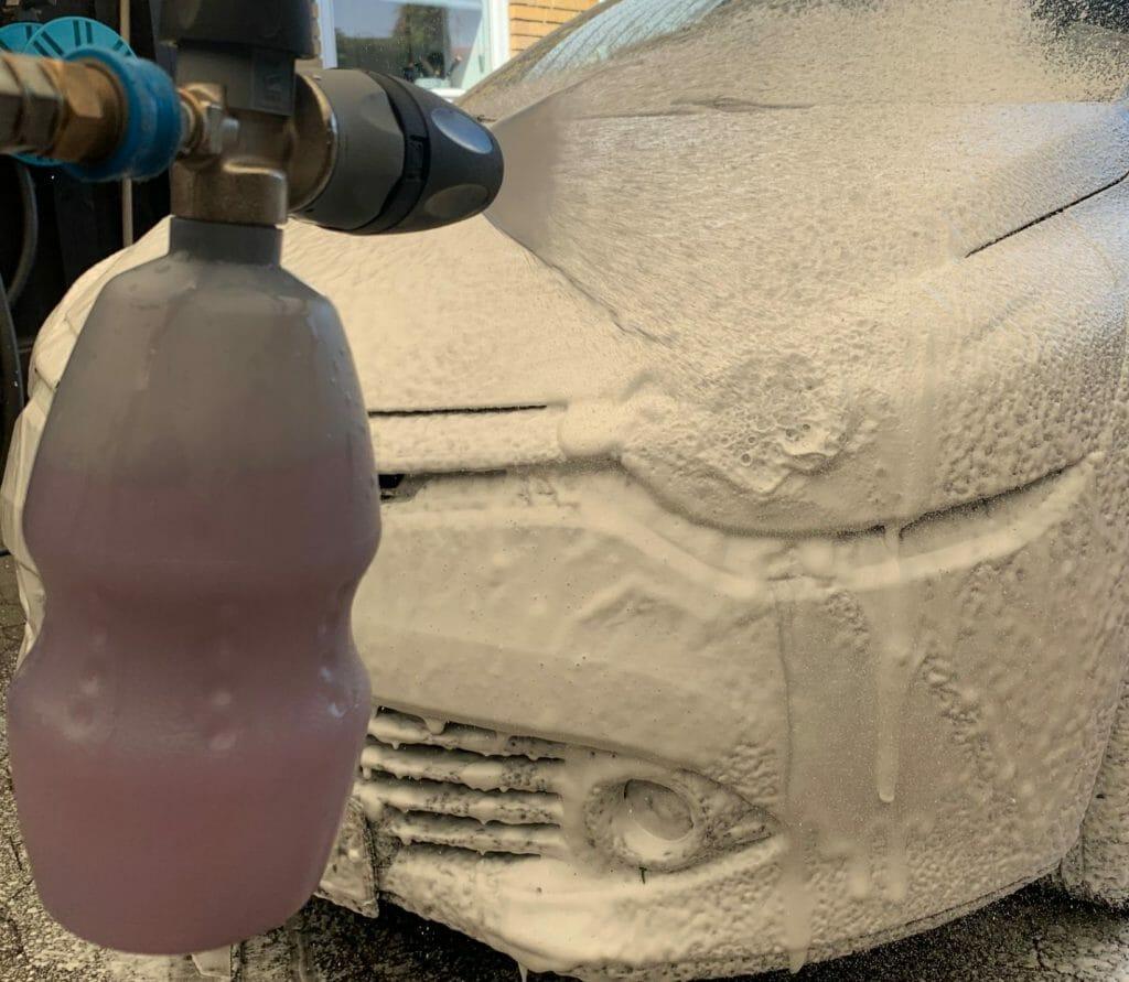 MTM skumlanse sprøjter skum på bil